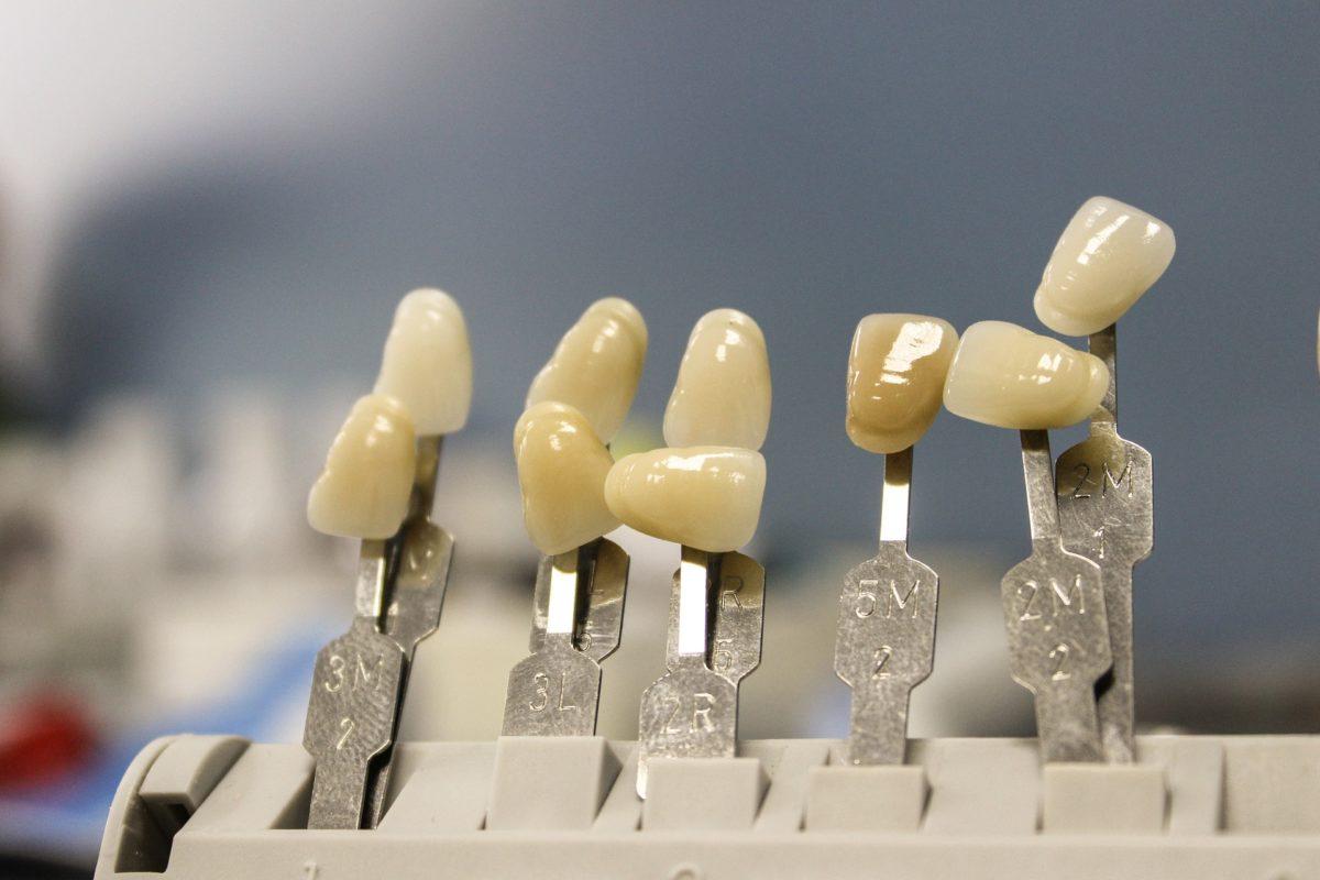 Śliczne zdrowe zęby oraz wspaniały uroczy uśmieszek to powód do zadowolenia.